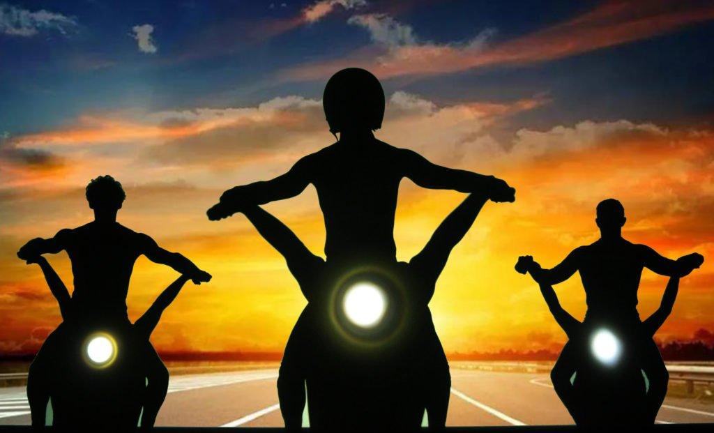 3 Personen auf Motorrädern Sonnenuntergang